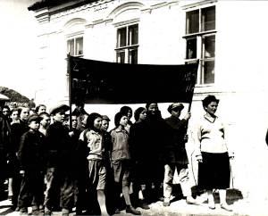Πορεία των μαθητών και των πιονιέρων διαμαρτυρόμενοι για τους φυγόπονους και αδικαιολόγητες απόντες από τη δουλειά στα κολχόζ, χωριό Μπουγκάς της περιοχής Στάλιν, 1932 (Αρχείο Ελληνισμού Μαύρης Θάλασσας)