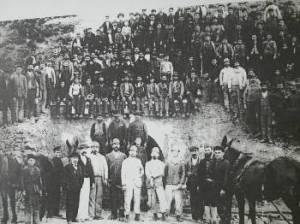 Μεταλλωρύχοι στην είσοδο μεταλλευτικής στοάς στην Πλάκα Λαυρίου το 1898