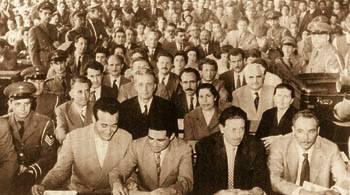 Στιγμιότυπο από τη μεγάλη δίκη στο Στρατοδικείο Αθηνών, το Μάη του 1960. Ο Χαρίλαος Φλωράκης στο κέντρο της δεύτερης σειράς, με το σκούρο κοστούμι