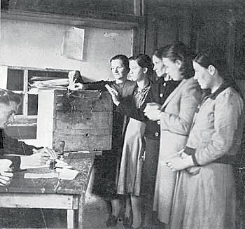 Οι γυναίκες ψηφίζουν για πρώτη φορά στις εκλογές στην Ελεύθερη Ελλάδα (1944)