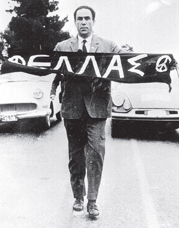 Ο Κ. Καραμανλής απαγόρευσε την Πρώτη Μαραθώνια Πορεία Ειρήνης, ενώ ο μαχητής της Ειρήνης και βουλευτής της ΕΔΑ Γρηγόρης Λαμπράκης θα δολοφονούταν λίγο αργότερα από μια από τις πολλές παρακρατικές οργανώσεις που δρούσαν επί των ημερών του