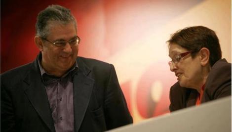 Ο νέος ΓΓ της ΚΕ του ΚΚΕ Δημήτρης Κουτσούμπας με την απερχόμενη ΓΓ Αλέκα Παπαρήγα στη διάρκεια του Συνεδρίου