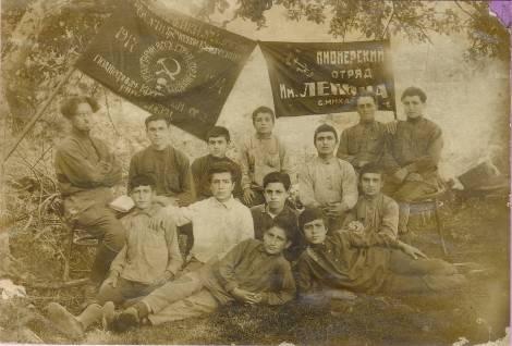 Η πορεία των Ελλήνων της ΕΣΣΔ δεν έχει απολύτως καμιά σχέση με τα όσα ισχυρίζεται σήμερα ο χυδαίος αντικομμουνισμός. Το αντίθετο, οι Σοβιετικοί Έλληνες μετείχαν ενεργά στη σοσιαλιστική οικοδόμηση, με υψηλά ποσοστά ένταξης και δράσης στο Κομμουνιστικό Κόμμα και τη Κομμουνιστική Νεολαία