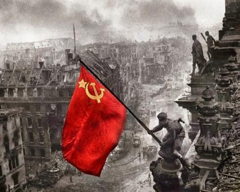 Η κόκκινη σημαία με το σφυροδρέπανο καρφώνεται στη καρδιά του φασιστικού κτήνους