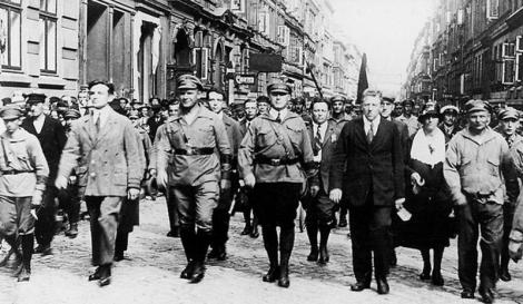 Στη μέση και προς τα αριστερά ο ηγέτης του γερμανικού προλεταριάτου Ερνστ Τέλμαν