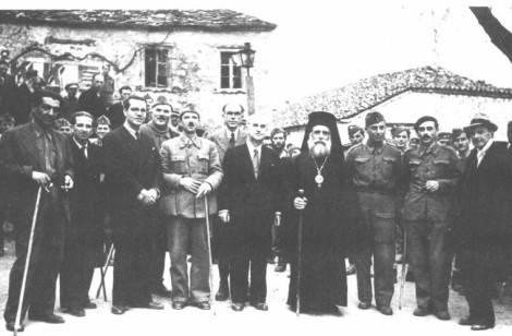 Τα μέλη της ΠΕΕΑ και ο Μητροπολίτης Ιωακείμ. Από αριστέρα προς δεξιά: Κ. Γαβριηλίδης, Στ. Χατζήμπεης, Αγγελος Αγγελόπουλος, Στρατηγός Μανώλης Μάντακας, Γιώργ. Σιάντος, Πέτρος Κόκκαλης, Αλεξ. Σβώλος, Ιωακείμ Κοζάνης, Ευρ. Μπακιρτζής, Ηλίας Τσιριμώκος και Νίκος Ασκούτσης