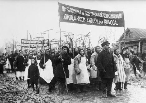 Κολχόζνικοι διαδηλώνουν για την απαλλοτρίωση των κουλάκων ως τάξη